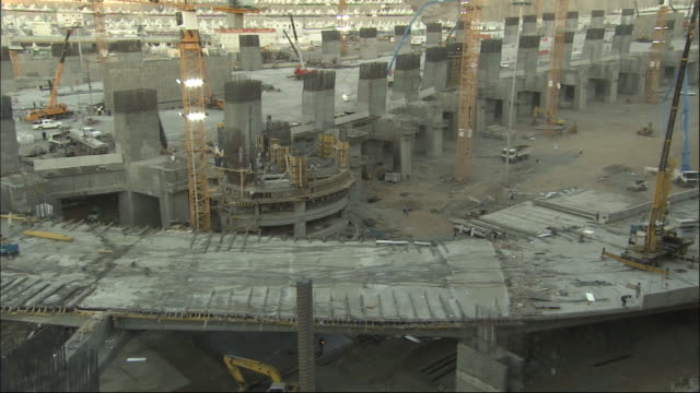 construction crews work on a massive construction site on a freeway. - コンクリート点の映像素材/bロール