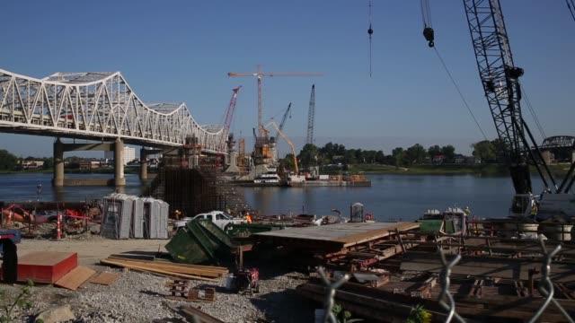 vídeos y material grabado en eventos de stock de construction crews work to erect a new interstate 65 highway bridge across the ohio river in downtown louisville kentucky support pylons for the new... - río ohio