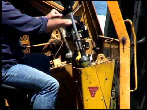 construction digger / crane operator at work - letterbox format bildbanksvideor och videomaterial från bakom kulisserna