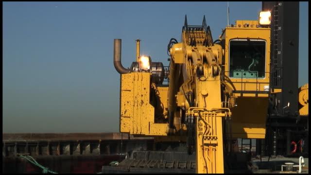 hd: costruzione digger dredges, schiacciata, si aggiudica fango - veicolo per costruzioni video stock e b–roll