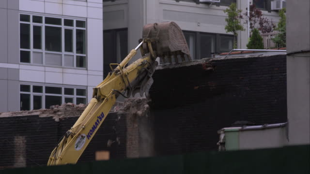 construction excavator tears down part of brick wall in williamsburg, brooklyn. - part of点の映像素材/bロール