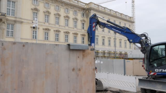 construction fence and excavator in front of the the construction site of the berlin city palace on june 16 2019 in berlin germany the berlin city... - berliner stadtschloss stock-videos und b-roll-filmmaterial