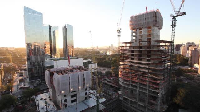 vídeos de stock, filmes e b-roll de construction in the city of sao paulo, modern office building under construction. - negócios finanças e indústria