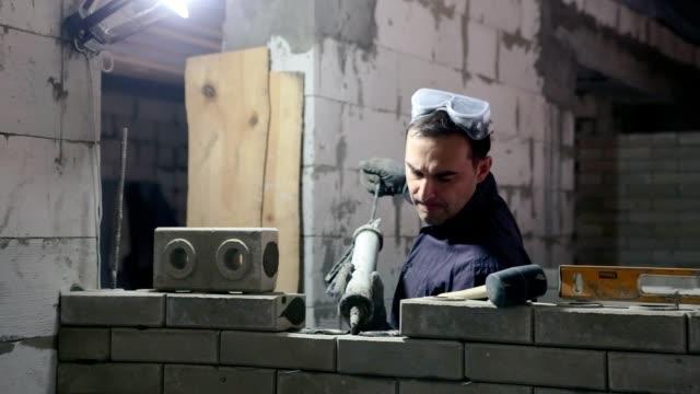 Bau einer gemauerten Wand.