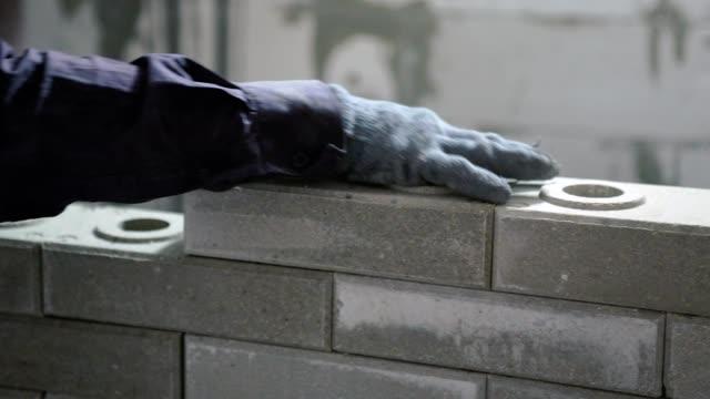 vidéos et rushes de construction d'un mur de briques. - brique