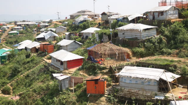 kutupalong ukhiya near cox´s bazar bangladesh october 16 2018 construction of a hut made of bamboo in the refugee camp of the rohingya people near... - cox basar stock-videos und b-roll-filmmaterial
