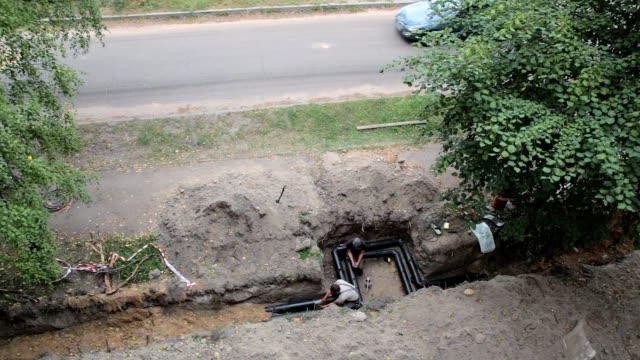 家庭での水の供給用のパイプラインの建設。 - 修理する点の映像素材/bロール