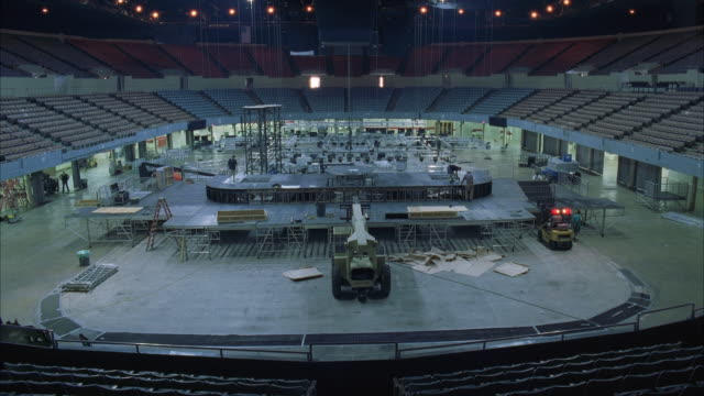 t/l ws ha construction of large rock concert stage in stadium - stabilimento sportivo video stock e b–roll