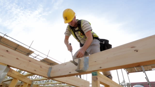 vidéos et rushes de construction of new build houses - couvreur