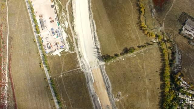 航空写真: 田舎で新しい高速道路の建設 - クワッドコプター点の映像素材/bロール