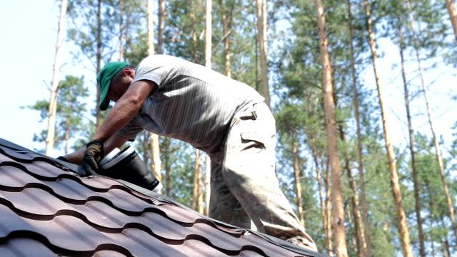 vidéos et rushes de construction de la toiture. - réparer