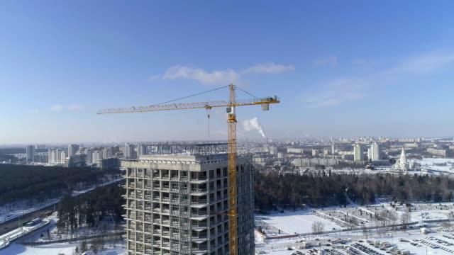 晴れた冬の日に新開発のビジネス地区に高いオフィスビルの建設。 - winter点の映像素材/bロール