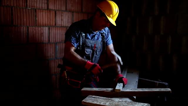 Bouw dakdekker spijkeren houten bord met hamer