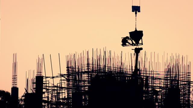 konstruktion siluett i solnedgången - nedtoning bildbanksvideor och videomaterial från bakom kulisserna