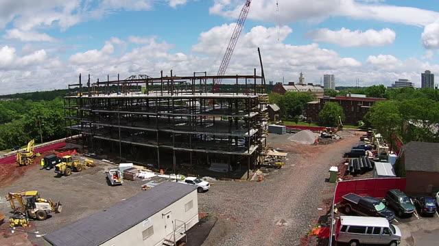 vídeos y material grabado en eventos de stock de construction site aerial, 5 story building - piso de edificio