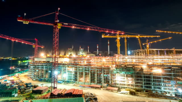 工事現場・建設現場の労働者夕暮れから夜の時間経過をタワー クレーンと発電 - 工事点の映像素材/bロール