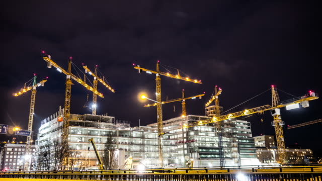 stockvideo's en b-roll-footage met construction site at night time lapse - bouwen