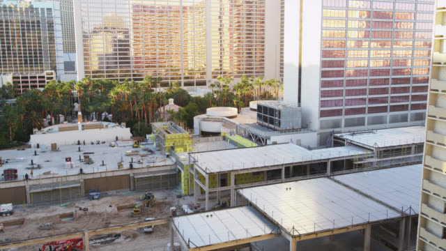 vídeos de stock, filmes e b-roll de construction site at the strip  - plano médio