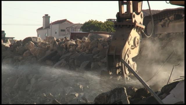 hd: costruzione sito: artiglio afferra cemento, detriti, rocks - veicolo per costruzioni video stock e b–roll