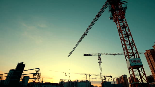 construction site crane at sunset - baustelle stock-videos und b-roll-filmmaterial