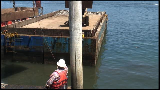 (hd1080i) costruzione sito: cadere in acqua di pietre - veicolo per costruzioni video stock e b–roll