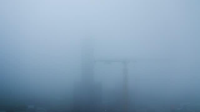 stockvideo's en b-roll-footage met bouwplaats in extreem dikke mist - bouwplaats