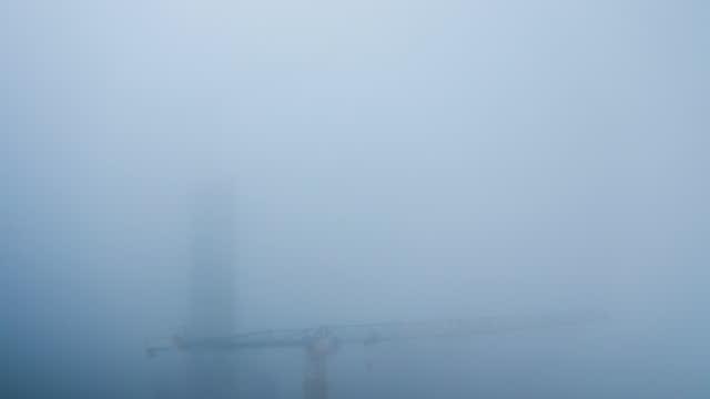 vidéos et rushes de chantier de construction dans un brouillard extrêmement épais - mauvais présage