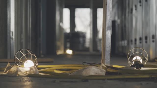 vídeos de stock e filmes b-roll de construction site lamps in close-up - lâmpada elétrica