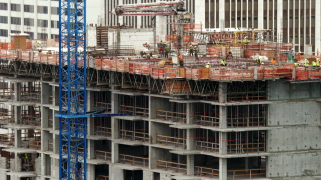 vidéos et rushes de construction site on skyscraper in downtown miami. narrow shot - en haut