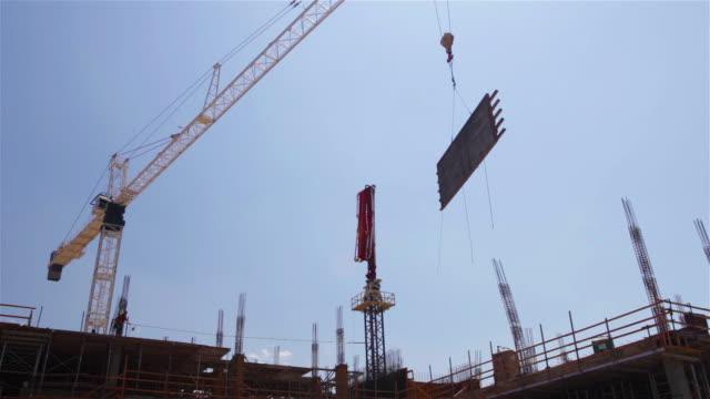 vídeos de stock e filmes b-roll de construction site - guindaste maquinaria de construção