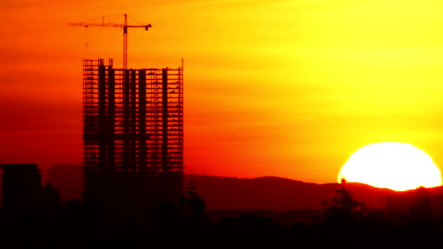 stockvideo's en b-roll-footage met construction sunrise time lapse - bouwen