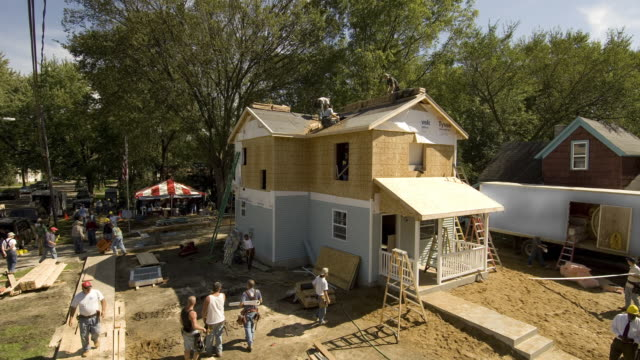 t/l ws construction team building suburban house/ kalamazoo, michigan - bauen stock-videos und b-roll-filmmaterial
