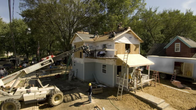 t/l ws construction team building suburban house/ kalamazoo, michigan - costruire video stock e b–roll
