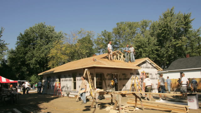 t/l ws construction team building suburban ranch-style house/ kalamazoo, michigan - building activity stock videos & royalty-free footage