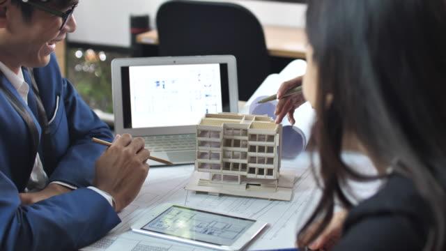 作業のモデルに関する建設チームディスカッション - 工事点の映像素材/bロール