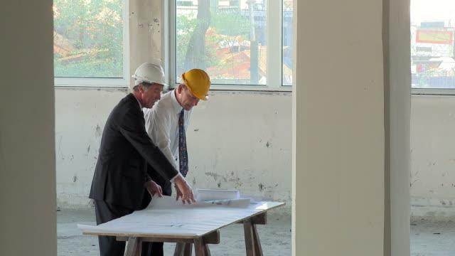 hd crane: construction team - skjorta och slips bildbanksvideor och videomaterial från bakom kulisserna