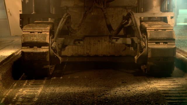 vídeos de stock e filmes b-roll de ms tilt construction vehicle leaving tracks working at night, cape town, south africa - rasto forma