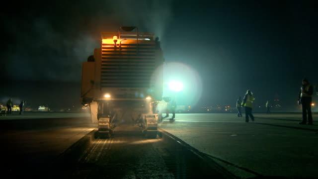 vídeos de stock e filmes b-roll de ws pan construction vehicle leaving tracks working at night, cape town, south africa - rasto forma