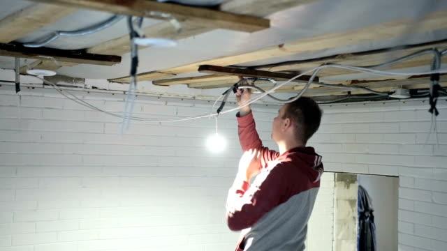 vídeos y material grabado en eventos de stock de construcción - electrician