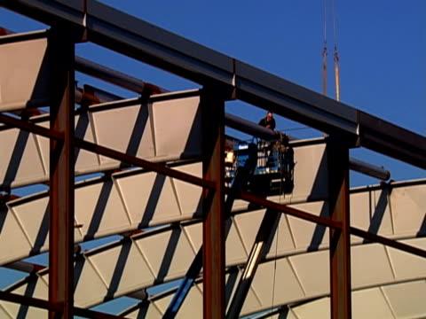 vídeos y material grabado en eventos de stock de construction - sólo hombres jóvenes