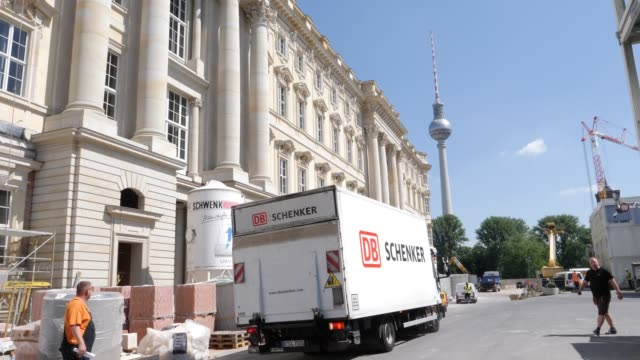construction work in front of the reconstructed baroque facade of the humboldt forum stands on june 17 2019 in berlin germany the humboldt forum will... - berliner stadtschloss stock-videos und b-roll-filmmaterial