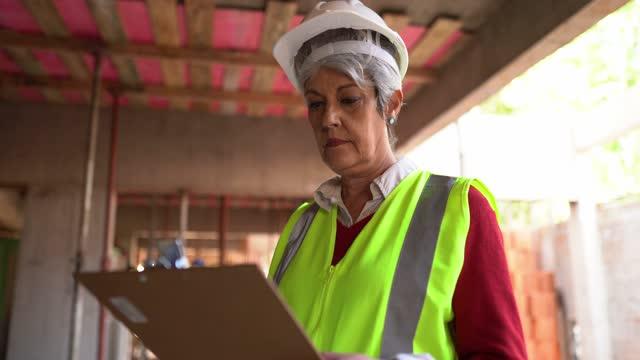 建設現場で働く情報を分析する建設作業員 - 土木技師点の映像素材/bロール