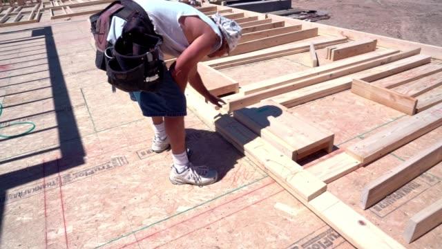 建設作業員大工フレーミングと家の構築 - 高い点の映像素材/bロール