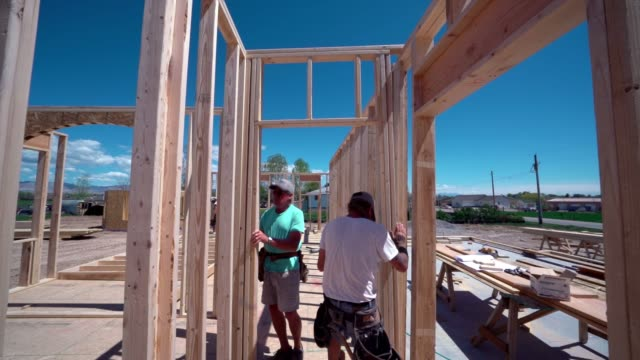 建設作業員大工フレーミングと家の構築 - 高み点の映像素材/bロール