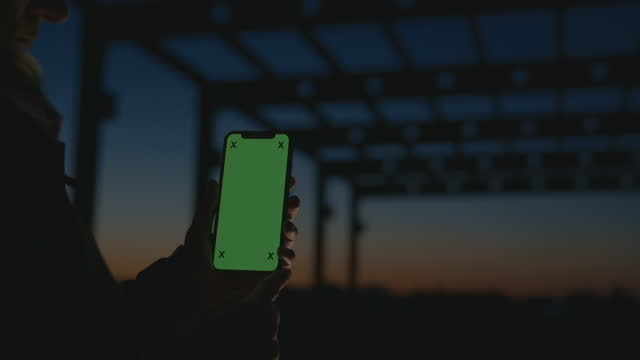 slo mo construction worker holding a smartphone with chroma key background at the construction site - focus on foreground stock videos & royalty-free footage