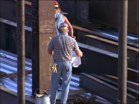 construction worker looking at floor plans - grundriss stock-videos und b-roll-filmmaterial