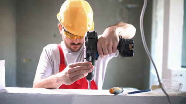 bau-arbeiter-routine. - handwerker stock-videos und b-roll-filmmaterial
