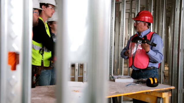 建設作業員の安全ミーティング - 乗員点の映像素材/bロール