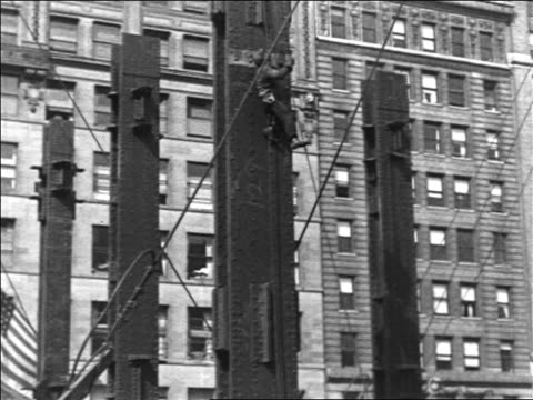 vídeos de stock e filmes b-roll de b/w 1930/31 construction worker scales rope up beam in empire state bldg foundation / industrial - 1931
