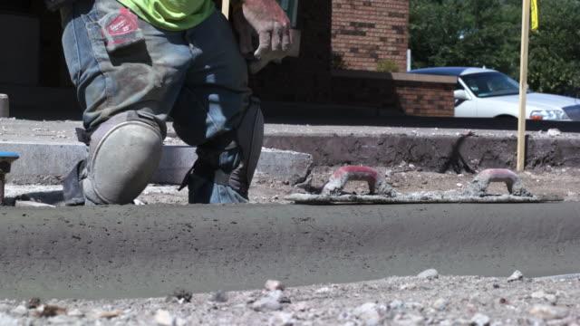 bauarbeiter glätten beton bordstein - rinnsteinkante stock-videos und b-roll-filmmaterial